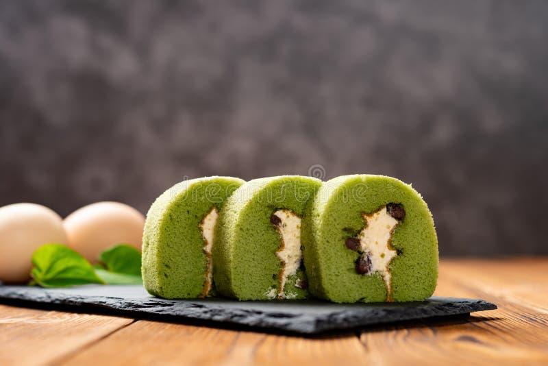 Los rollos dulces hicieron de té verde y de la haba de mung con los huevos en fondo fotos de archivo libres de regalías