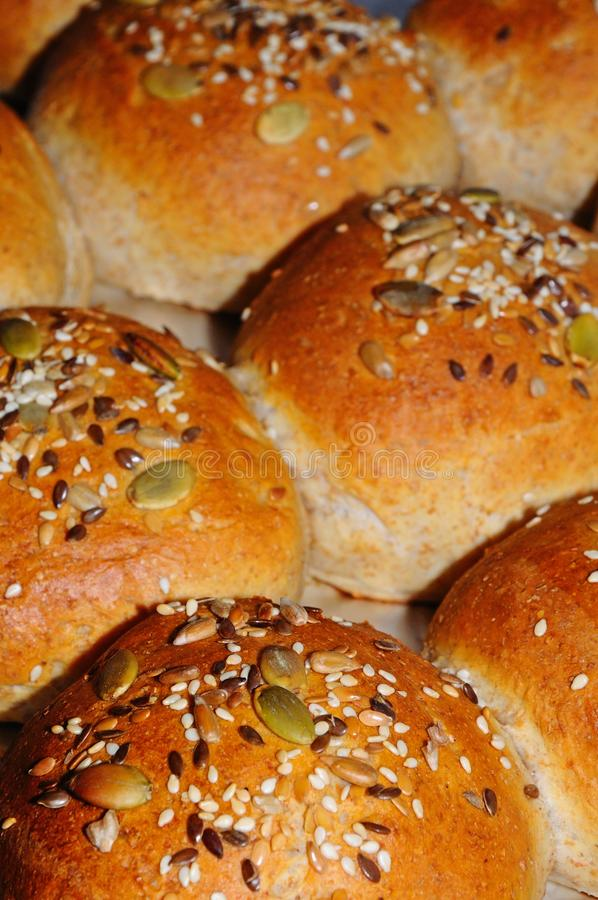 Rollos de la harina de trigo entero rematados con las semillas. fotografía de archivo