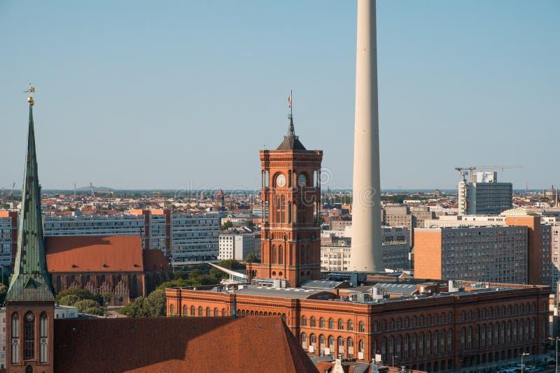 Los rotes rojos Rathaus y TV de ayuntamiento se elevan, Berlin Alexanderplat foto de archivo libre de regalías