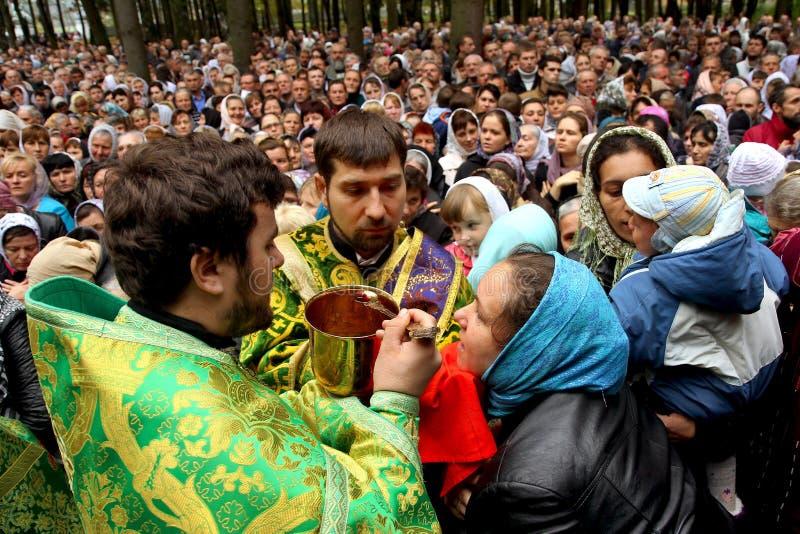 Los sacerdotes conducen el rito de la comunión durante el culto fotos de archivo libres de regalías
