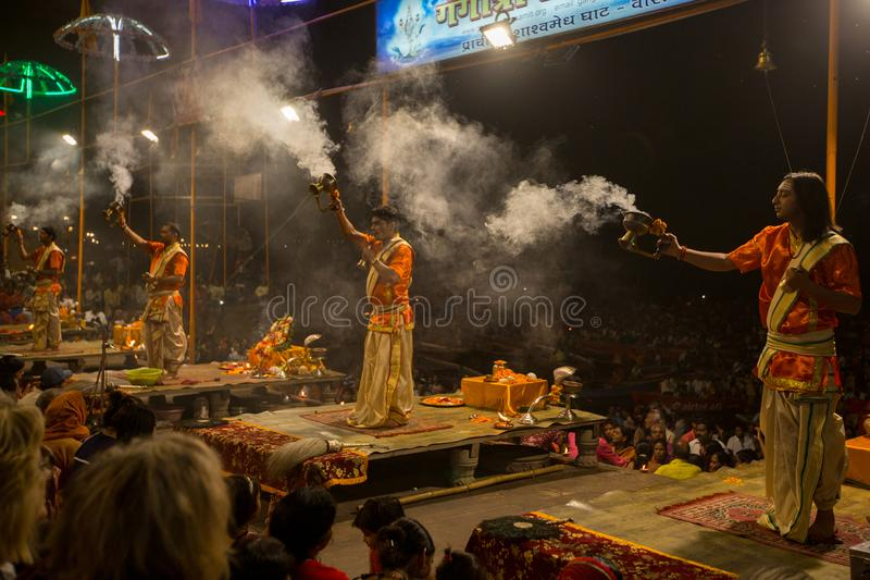 Los sacerdotes hindúes realizan a Agni Pooja Sanskrit: Adoración del fuego en Dashashwamedh el ghat principal y más viejo de Ghat imágenes de archivo libres de regalías