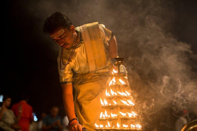 Los sacerdotes hindúes realizan a Agni Pooja Sanskrit: Adoración del fuego en Dashashwamedh ghat principal y más viejo de Ghat -  foto de archivo libre de regalías