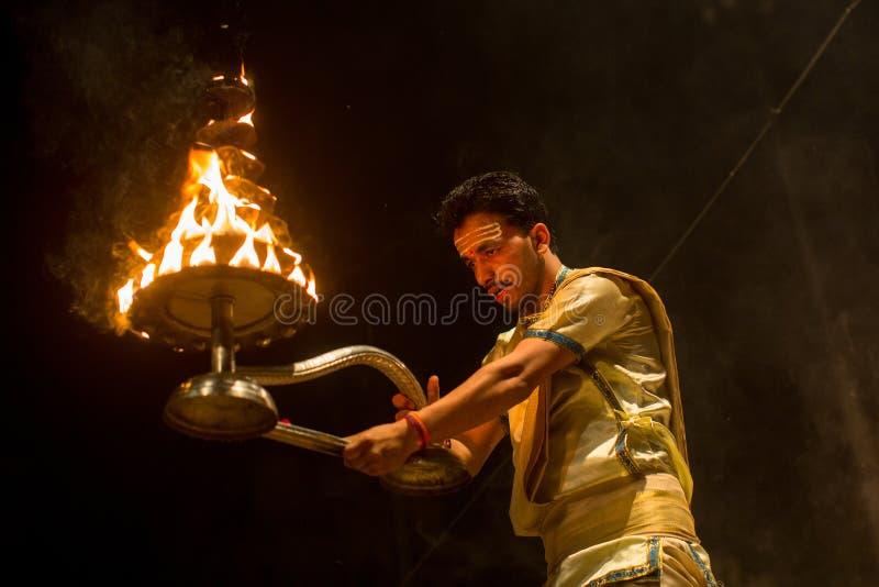 Los sacerdotes hindúes realizan a Agni Pooja Sanskrit: Adoración del fuego en Dashashwamedh ghat principal y más viejo de Ghat -  imagen de archivo libre de regalías