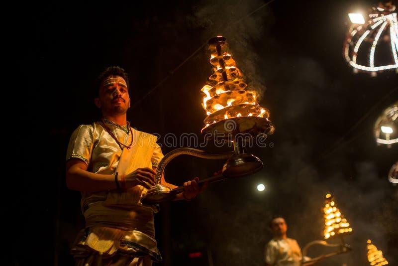 Los sacerdotes hindúes realizan a Agni Pooja Sanskrit: Adoración del fuego en Dashashwamedh ghat principal y más viejo de Ghat -  fotos de archivo libres de regalías
