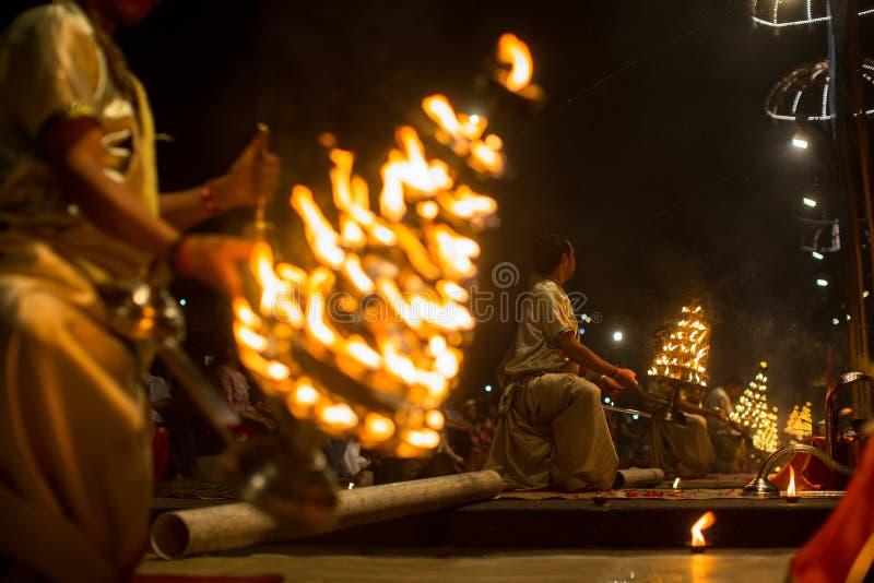 Los sacerdotes hindúes realizan a Agni Pooja Sanskrit: Adoración del fuego en Dashashwamedh ghat principal y más viejo de Ghat -  foto de archivo