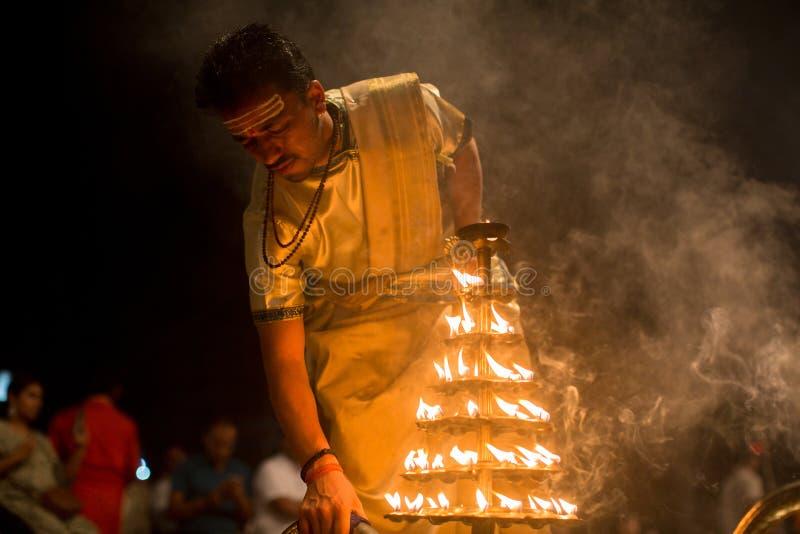 Los sacerdotes hindúes realizan a Agni Pooja Sanskrit: Adoración del fuego en Dashashwamedh ghat principal y más viejo de Ghat -  imágenes de archivo libres de regalías
