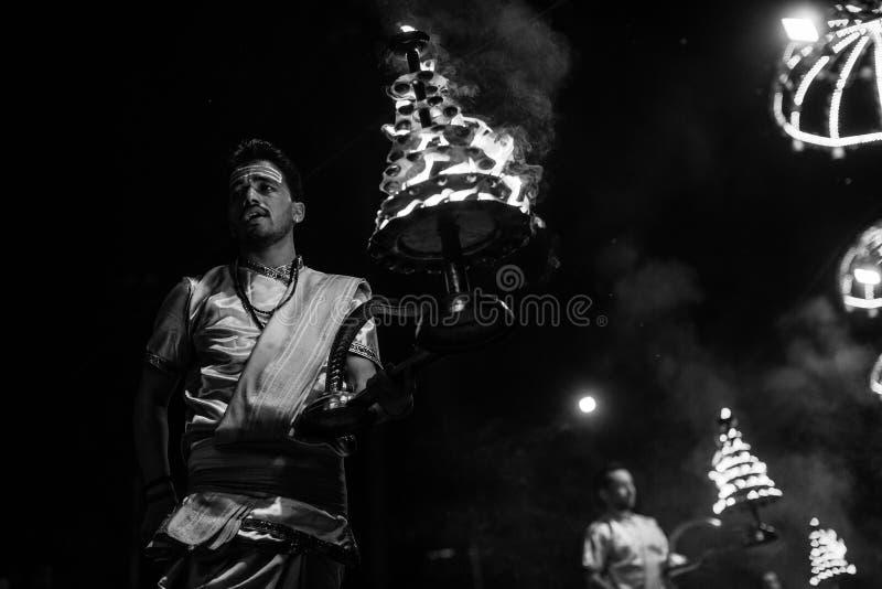 Los sacerdotes hindúes realizan a Agni Pooja Sanskrit: Adoración del fuego en Dashashwamedh ghat principal y más viejo de Ghat -  fotos de archivo