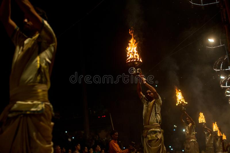 Los sacerdotes hindúes realizan a Agni Pooja Sanskrit: Adoración del fuego en Dashashwamedh ghat principal y más viejo de Ghat -  fotografía de archivo