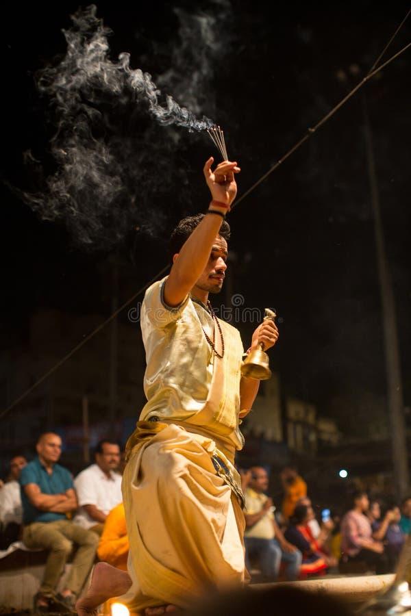 Los sacerdotes hindúes realizan a Agni Pooja Sanskrit: Adoración del fuego en Dashashwamedh ghat principal y más viejo de Ghat -  imagen de archivo