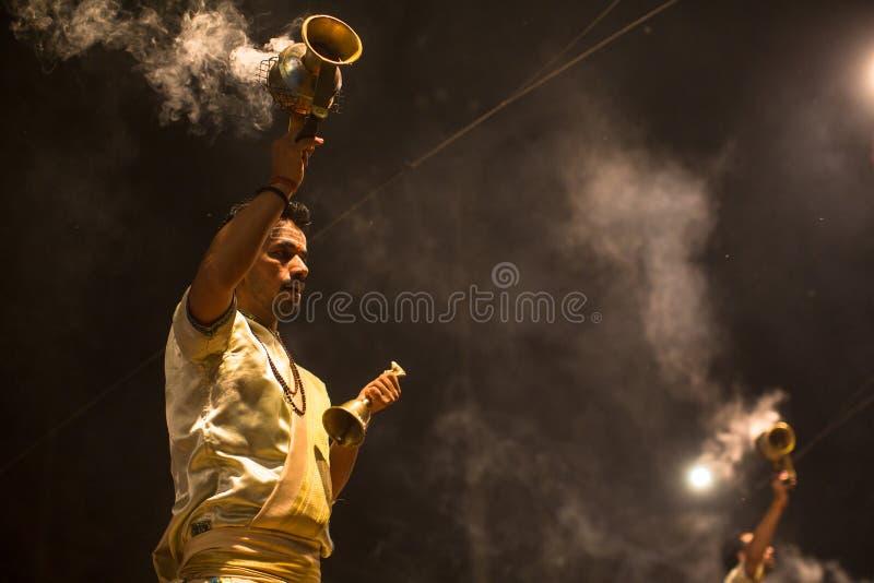 Los sacerdotes hindúes realizan a Agni Pooja Sanskrit: Adoración del fuego en Dashashwamedh ghat principal y más viejo de Ghat -  imagenes de archivo