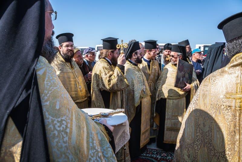 Los sacerdotes ortodoxos de la liturgia festiva implicados imagen de archivo