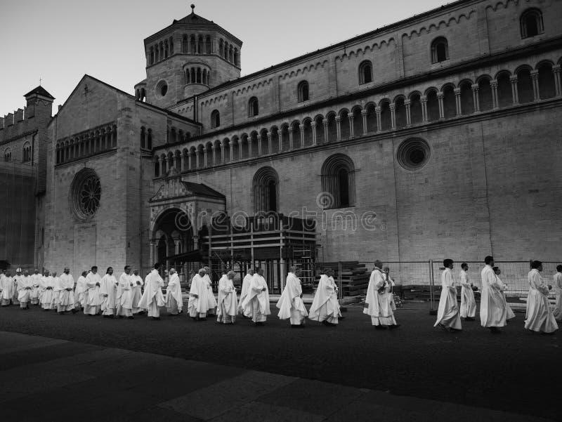 Los sacerdotes se vistieron en blanco en la procesión en el cuadrado de la catedral imágenes de archivo libres de regalías