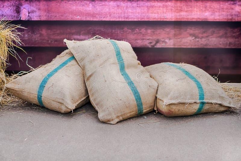 Los sacos del cáñamo que contienen el arroz imagenes de archivo