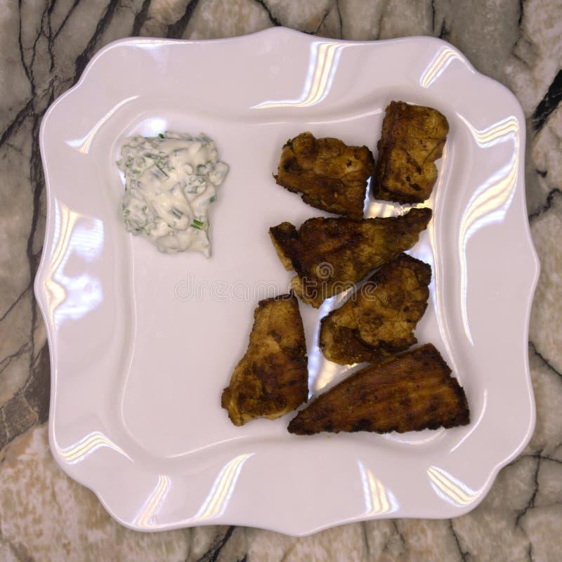 Los salmones asaron en un horno con una mantequilla, un perejil y un ajo Porción de pescados cocinados y de limón fresco en una p imagenes de archivo