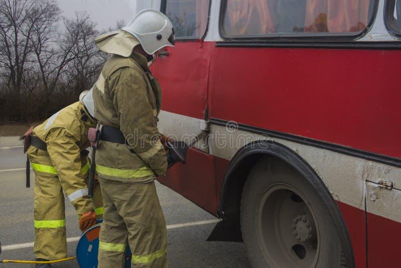 Los salvadores abren una puerta del autobús imagen de archivo