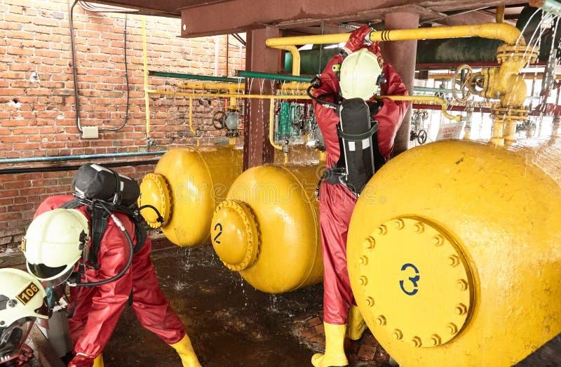 Los salvadores liquidan el escape del gas venenoso imágenes de archivo libres de regalías
