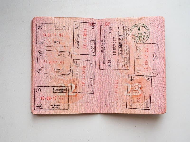 Los sellos de la inmigración de la salida y de la llegada en el pasaporte ruso sellaron en el paso de frontera fotos de archivo
