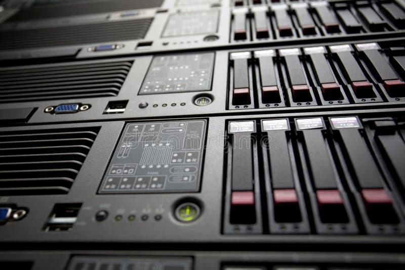 Los servidores empilan con los mecanismos impulsores duros en un centro de datos fotografía de archivo libre de regalías