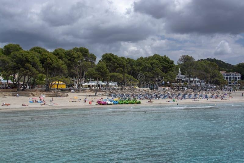 Los sillones de la playa juegan los barcos Paguera Mallorca foto de archivo libre de regalías