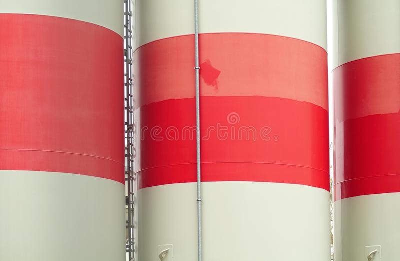Los silos concretos grandes pintaron blanco y rojo imagen de archivo