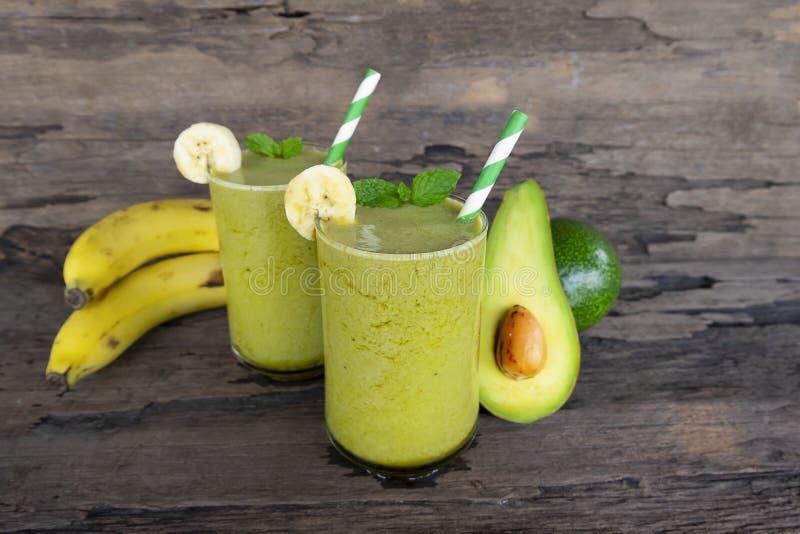 Los smoothies del jugo y del aguacate del plátano y el jugo verde beben gusto sano, delicioso en un vidrio para la pérdida de pes foto de archivo libre de regalías