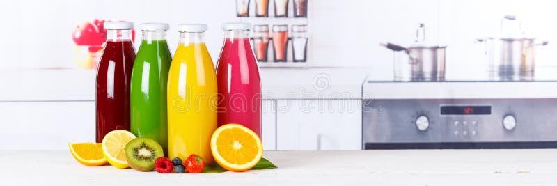 Los smoothies del smoothie del jugo en fruta de la bandera de la botella dan fruto foto de archivo
