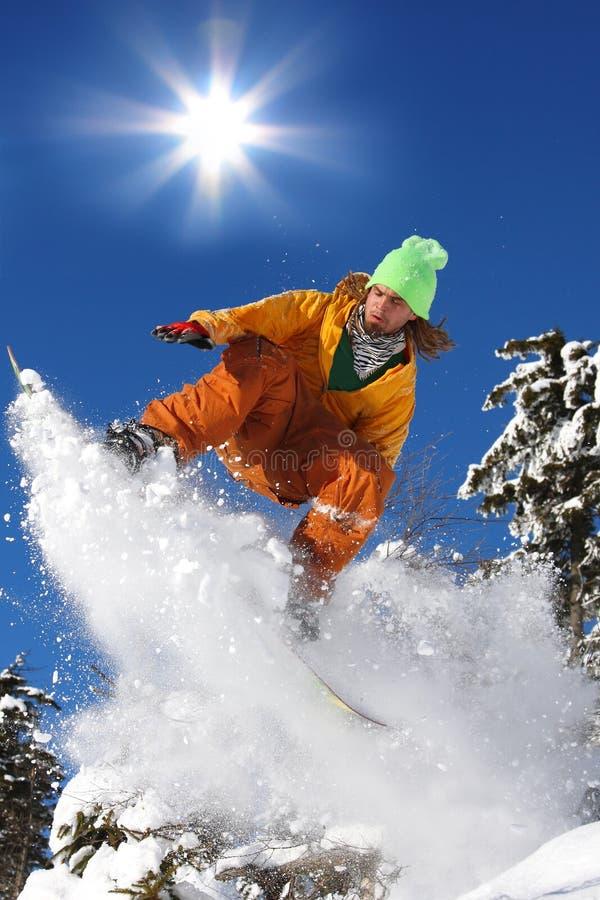 Los Snowboarders que saltan contra el sol fotos de archivo libres de regalías