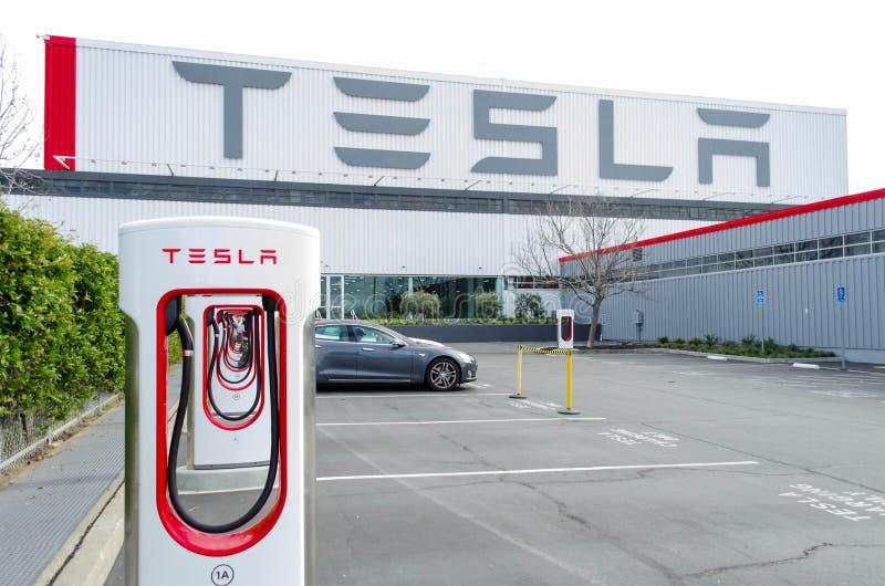 Los sobrealimentadores en Tesla viajan en automóvili la fábrica foto de archivo libre de regalías