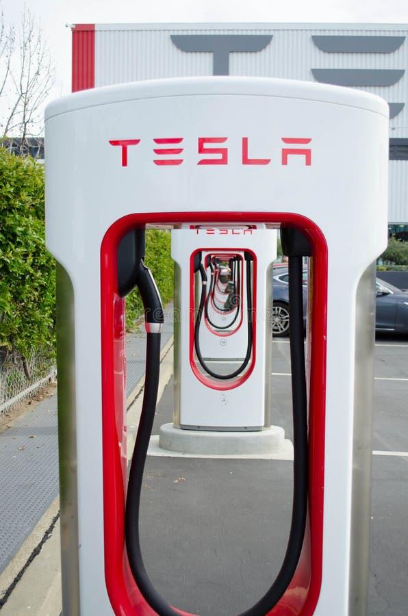 Los sobrealimentadores en Tesla viajan en automóvili la fábrica foto de archivo