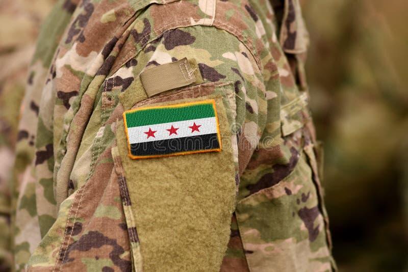 Los soldados arman con la bandera usada por la oposición siria y las fuerzas sirias del revolucionario y de la oposición fotografía de archivo