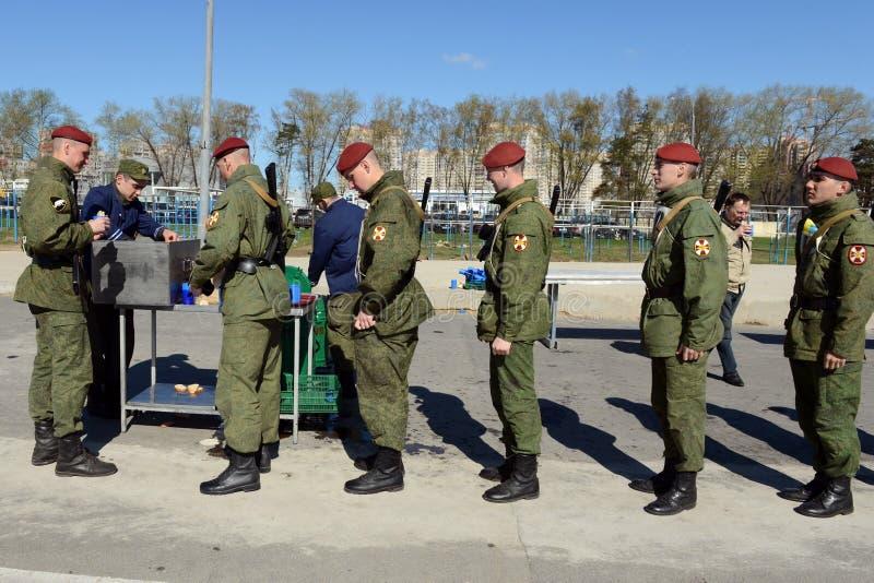 Los soldados de tropas internas en la cocina de campo fotos de archivo