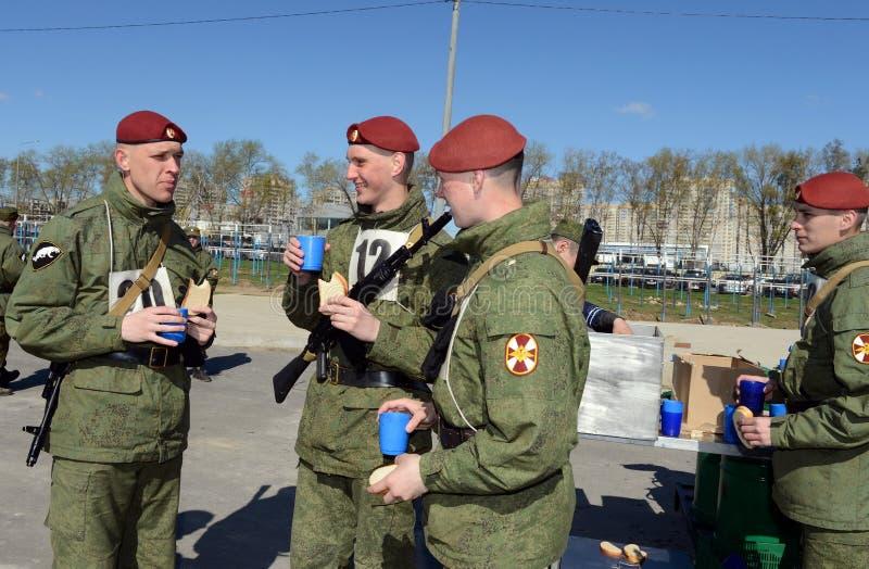Los soldados de tropas internas en la cocina de campo foto de archivo