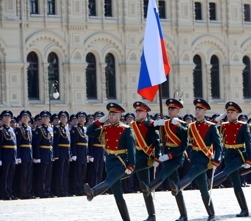 Los soldados del comandante especial del guardia de honor del regimiento de Preobrazhensky llevan la bandera rusa en el ensayo de imagenes de archivo