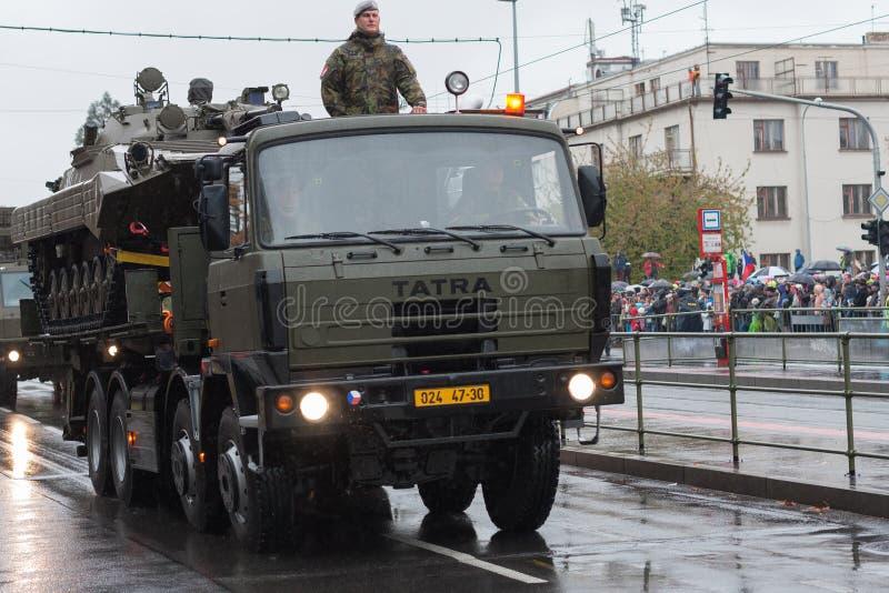 Los soldados del ejército checo están montando el camión militar con el vehículo de lucha de la infantería imagen de archivo
