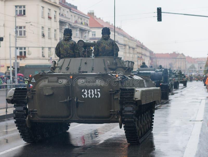 Los soldados del ejército checo están montando el vehículo de lucha BVP-2 de la infantería en desfile militar foto de archivo libre de regalías