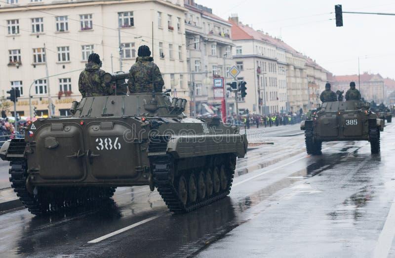 Los soldados del ejército checo están montando el vehículo de lucha BVP-2 de la infantería en desfile militar imagen de archivo