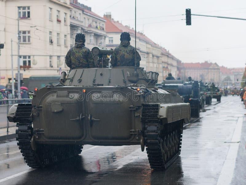 Los soldados del ejército checo están montando el vehículo de lucha de la infantería en desfile militar imagen de archivo libre de regalías