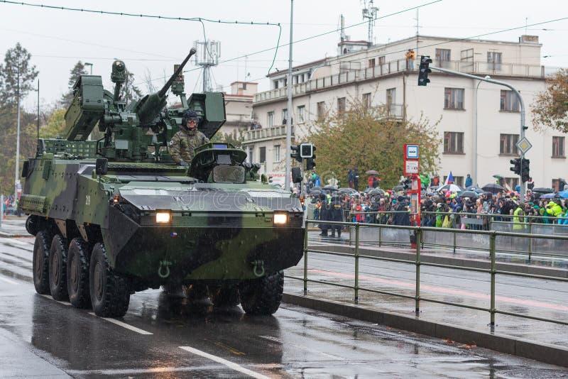 Los soldados del ejército checo están montando el vehículo de lucha rodado Pandur de la infantería fotos de archivo libres de regalías