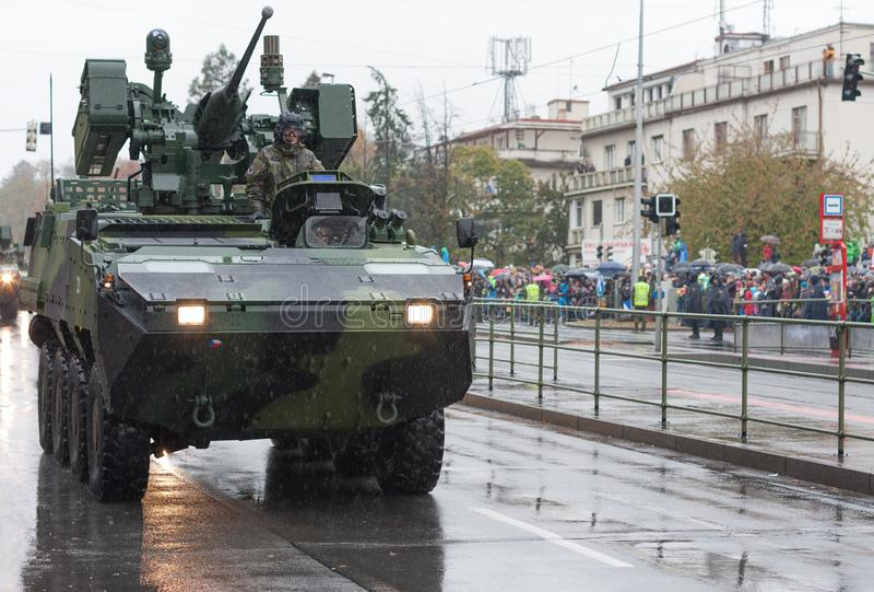 Los soldados del ejército checo están montando el vehículo de lucha rodado Pandur de la infantería foto de archivo