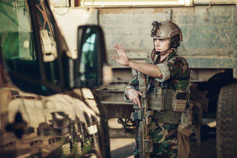 Los soldados en el punto de control pararon un coche foto de archivo libre de regalías