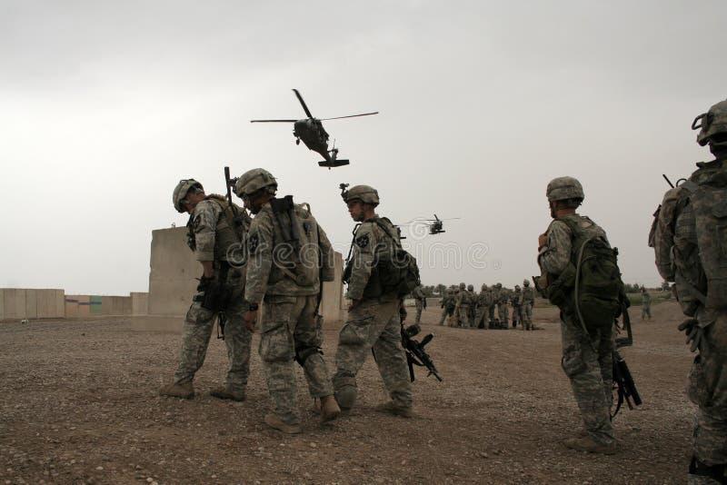 Los soldados esperan el helicóptero en Iraq fotografía de archivo libre de regalías