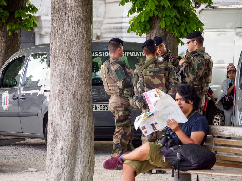 Los soldados franceses guardan el estacionamiento de Notre Dame de Fourviere, Lyon, Francia fotografía de archivo libre de regalías
