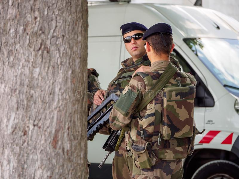 Los soldados franceses guardan la furgoneta cerca de Notre Dame de Fourviere, Lyon, Francia fotografía de archivo libre de regalías