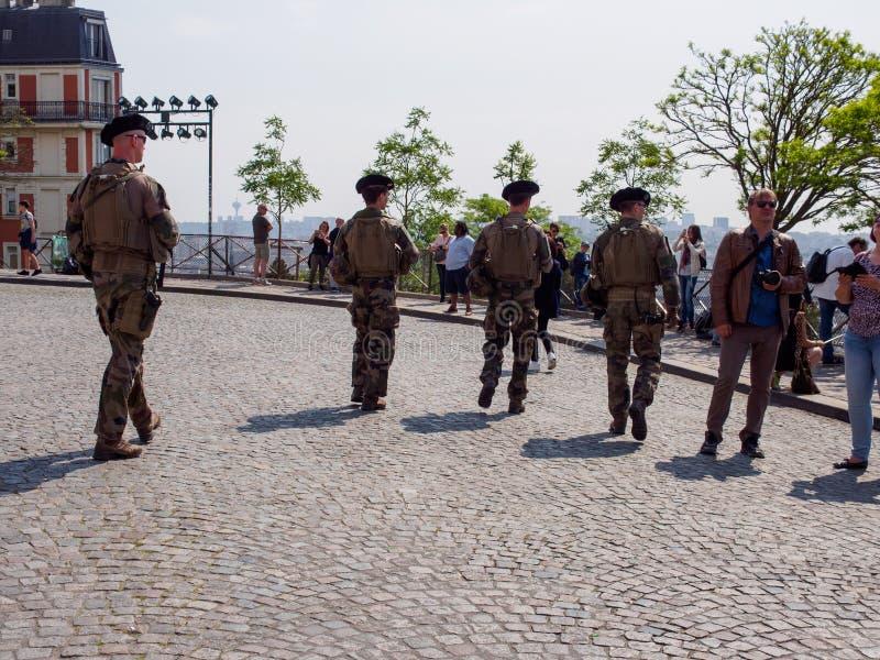Los soldados franceses patrullan cerca de Sacre Coeur, París, Francia foto de archivo libre de regalías