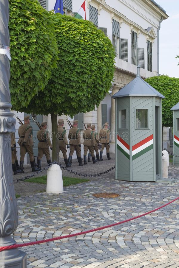 Los soldados marchan para el cambio de los guardias fotografía de archivo libre de regalías
