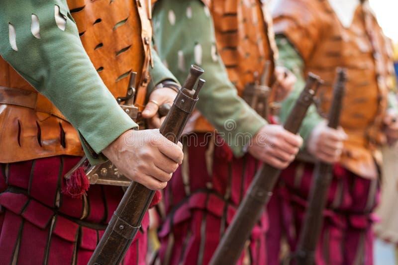 Los soldados medievales del fusilero presentes en uniforme fotografía de archivo