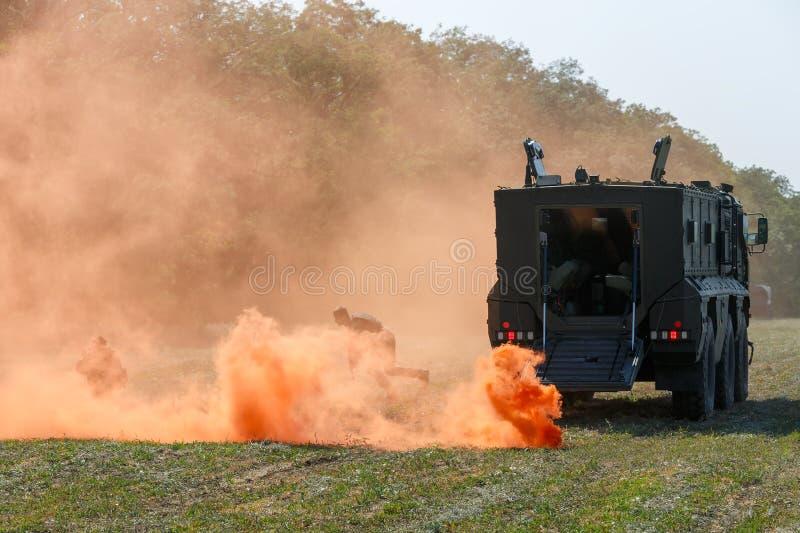 Los soldados rusos de las fuerzas especiales reagruparán en el campo de batalla usando una pantalla de humo anaranjada fotografía de archivo libre de regalías
