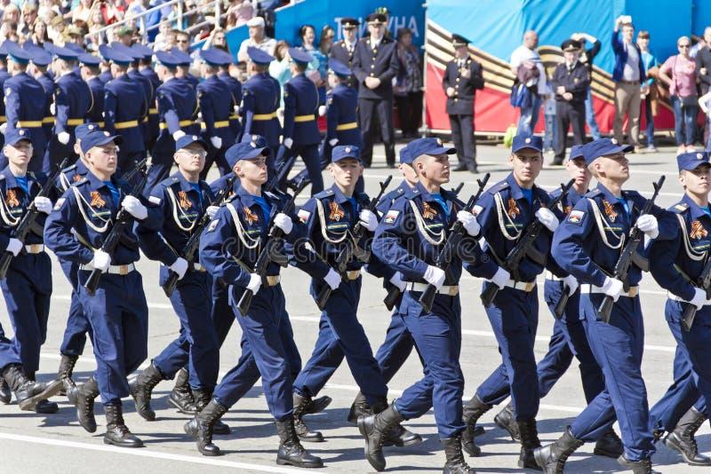 Los soldados rusos marchan en el desfile en Victory Day anual, mayo, fotos de archivo