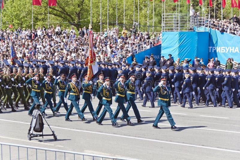 Los soldados rusos marchan en el desfile en Victory Day anual, mayo, foto de archivo libre de regalías