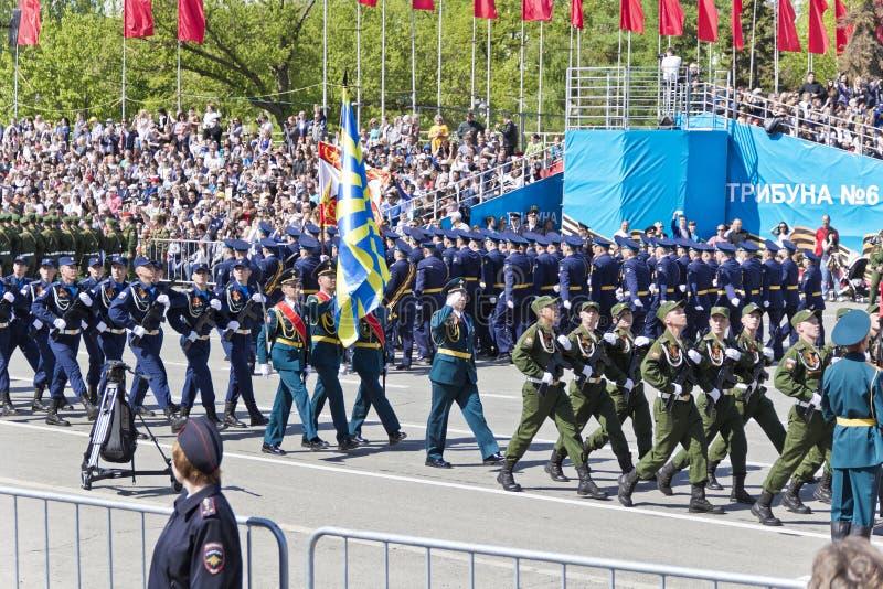 Los soldados rusos marchan en el desfile en Victory Day anual, mayo, imagen de archivo